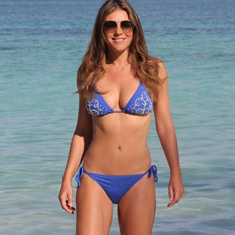 Liz hurley shows her incredible figure in instagram bikini for Bathroom jane ki dua