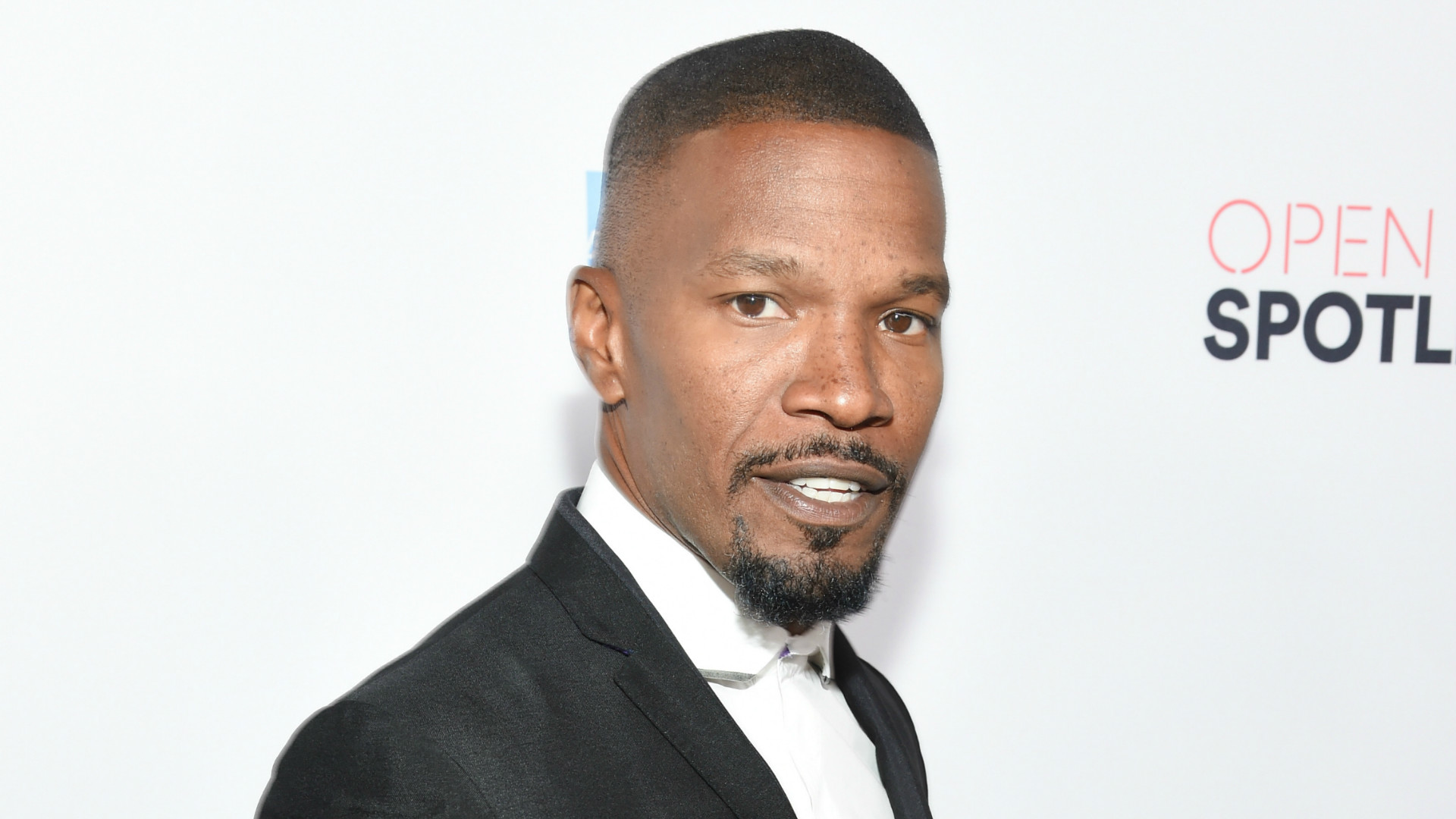 Jamie Foxx poses for a picture.