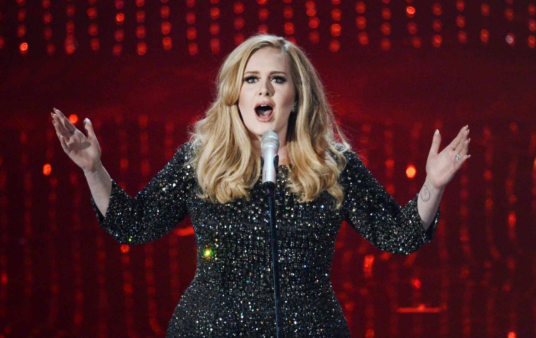 Glastonbury organisers say they are in the final stages of talks with Adele about a festival headline spot