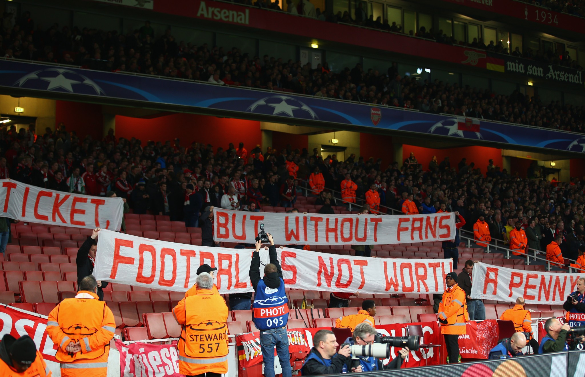 Bayern Munich fans protest at price of tickets in the Emirates Stadium