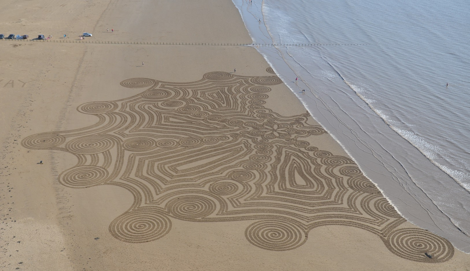 Simon Beck also does sand art in the summer months – Loaded