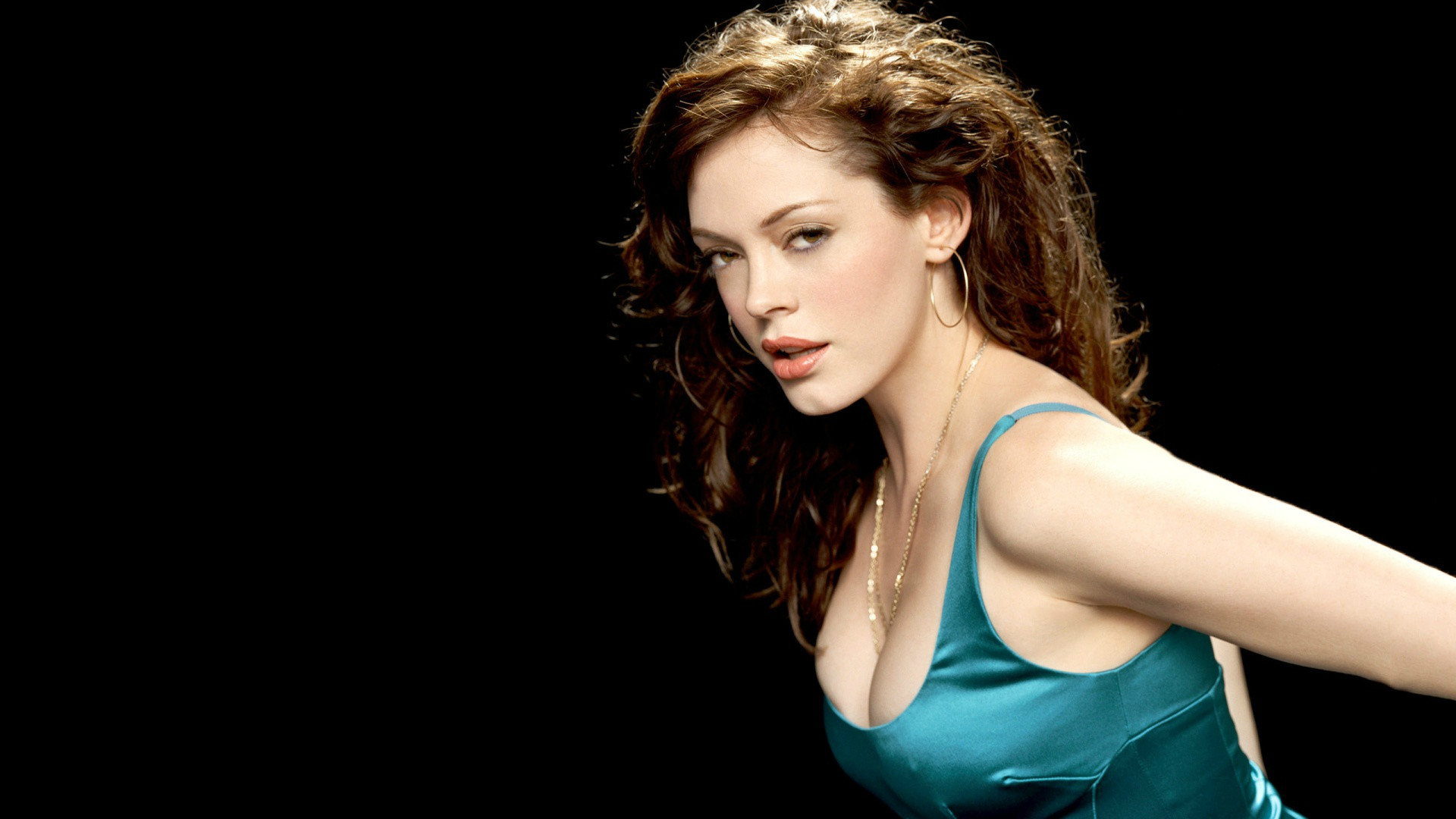 Rose McGowan posing for a picture.