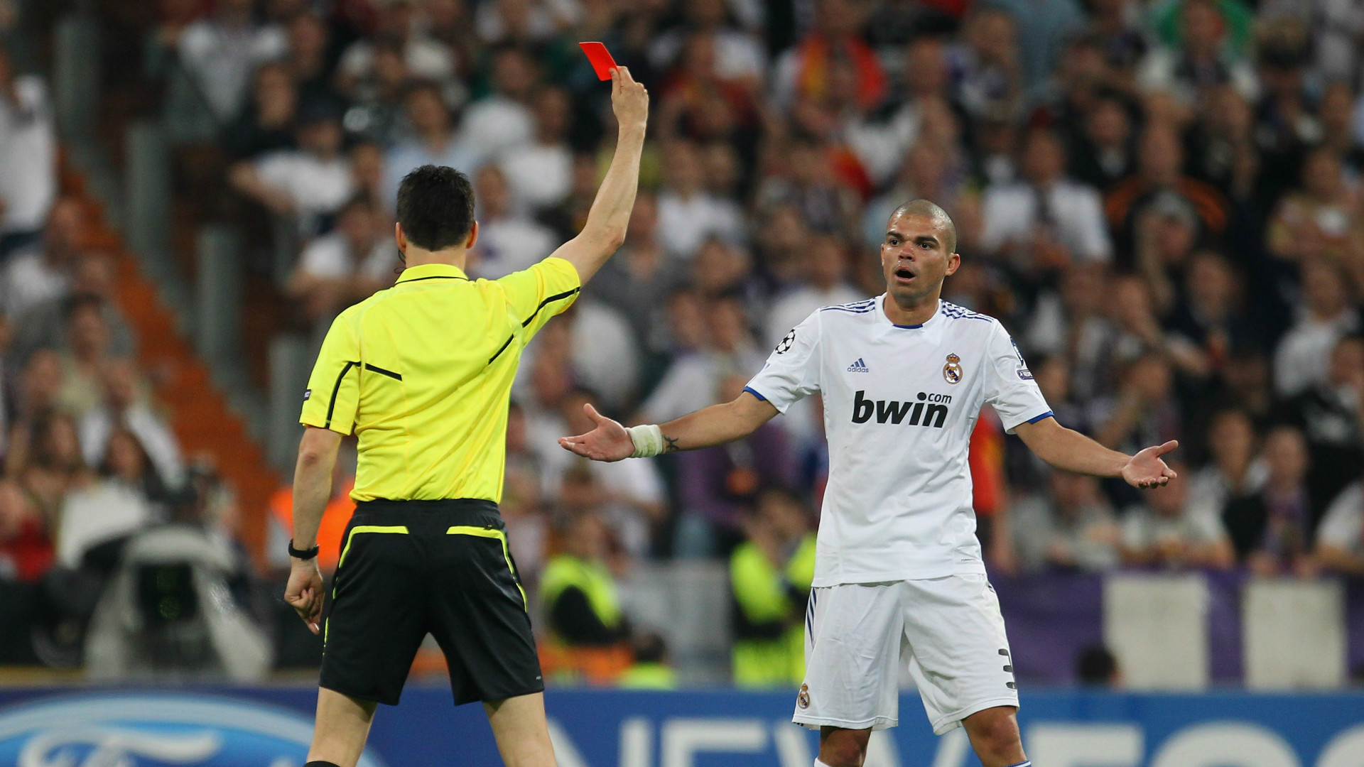 Pepe getting sent off for Real Madrid.